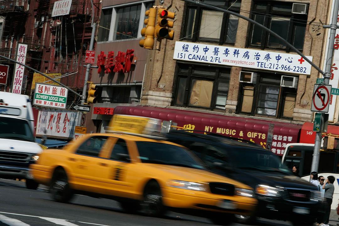 圖為一輛的士駛過紐約曼哈頓的唐人街。