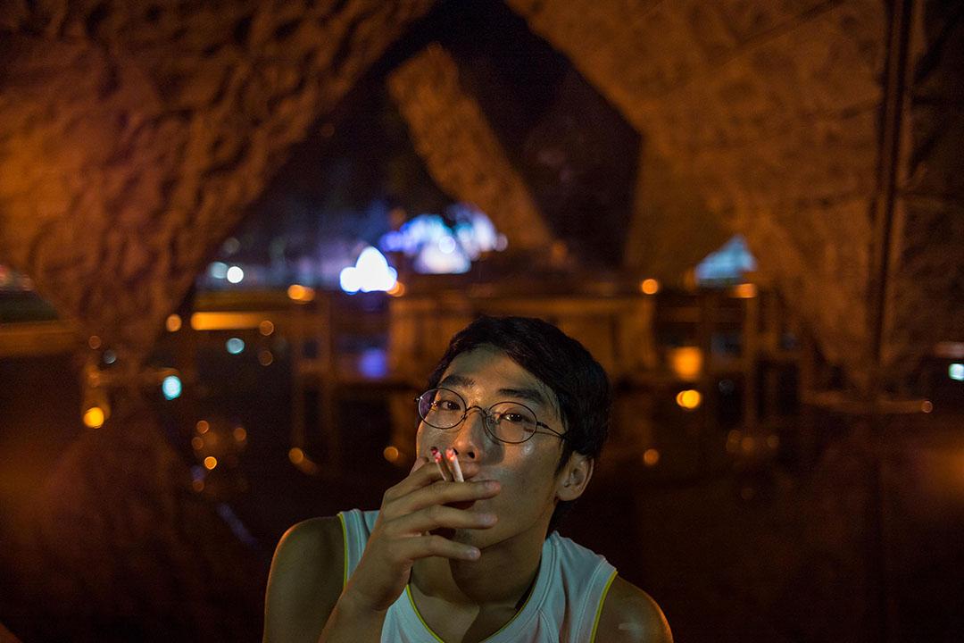林靖雁很早就開始抽煙,獨自坐在二二八公園的時候最常做的也是抽煙,也試過兩根一起抽。