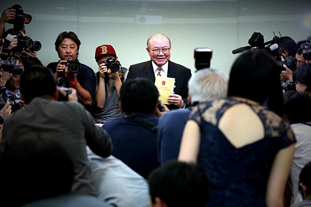 2016年10月27日,前任法官胡國興宣布參與明年3月特首選舉。