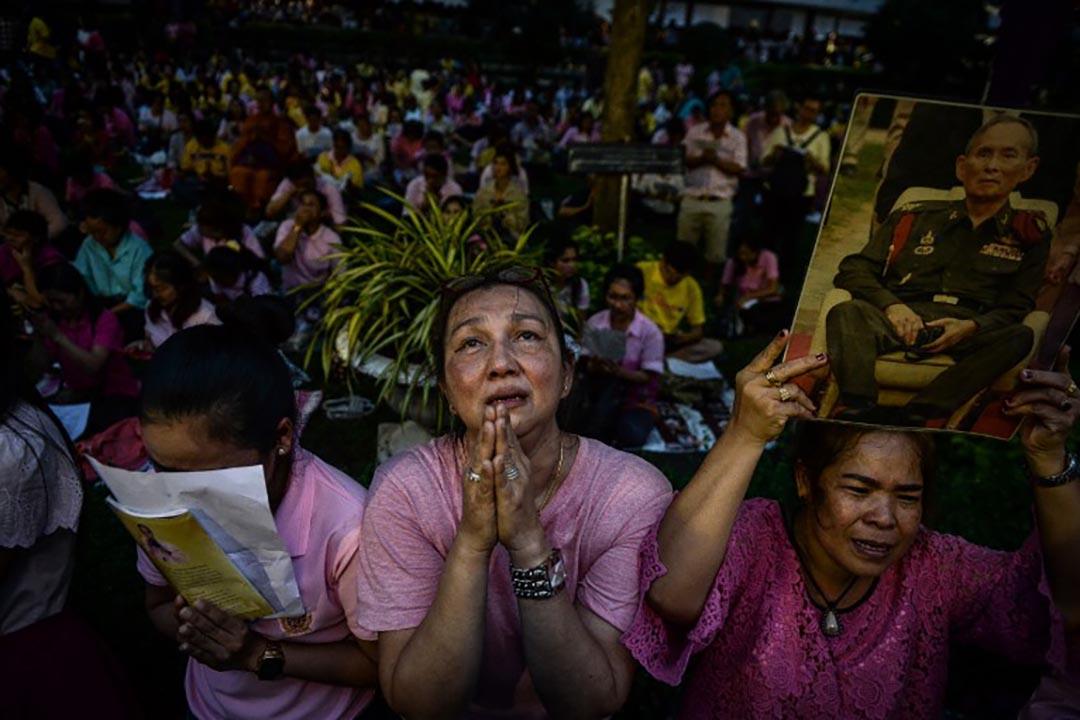 泰國曼谷,市民為留醫的泰王普密蓬祈禱。