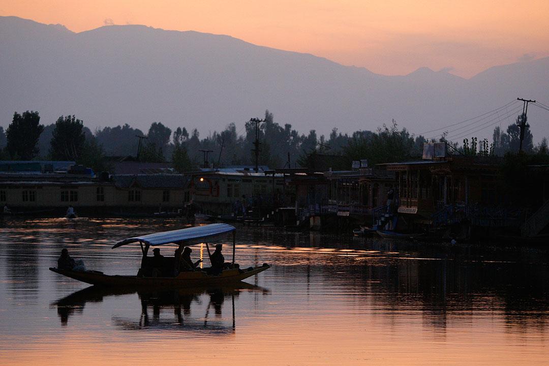 印度北方克什米爾地區(Kashmir)的斯里那加(Srinagar)城內的達爾湖。