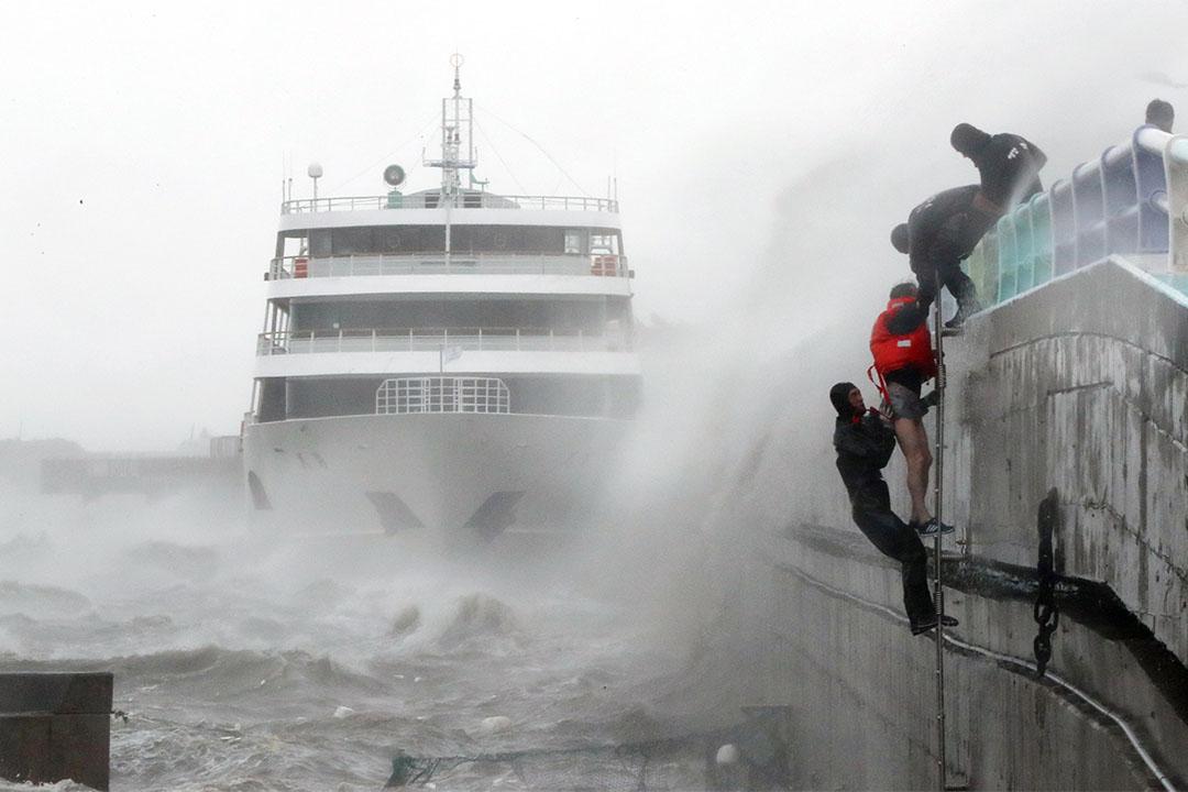 2016年10月5日,南韓受颱風暹芭吹襲,一艘客輪的般員獲拯救。