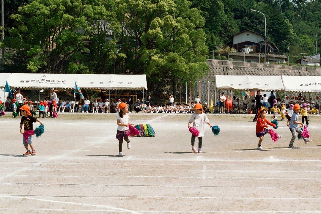 相對於鄰近的小島,直島與小豆島的教育設施較完善,直島上設有中小學,而小豆島原本還有兩家高中,於明年則將合拼為一家。
