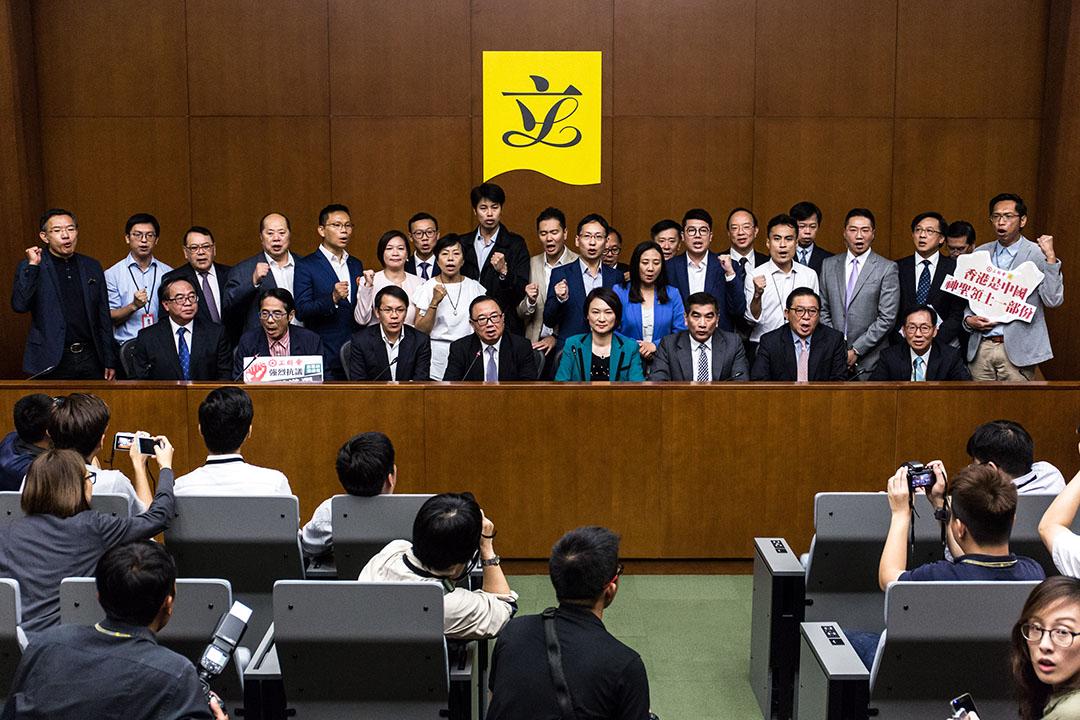 立法會建制派議員向立法會主席梁君彥提交聯署信,要求不再為梁頌恆和遊蕙禎安排宣誓。
