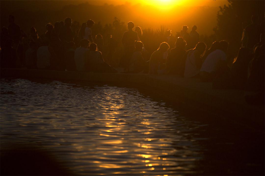 2016年10月6日,西班牙馬德里,人們在噴泉旁邊觀賞日落。
