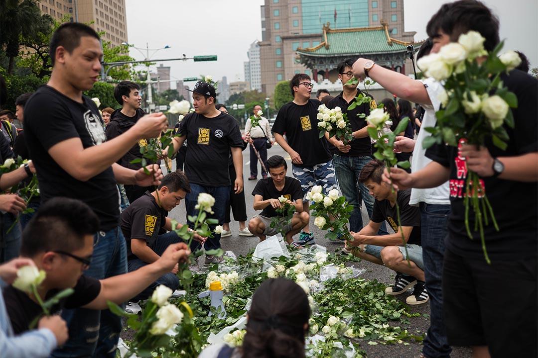 2016年4月10日,台灣,支持死刑的人士手持白玫瑰在總統府外集會。