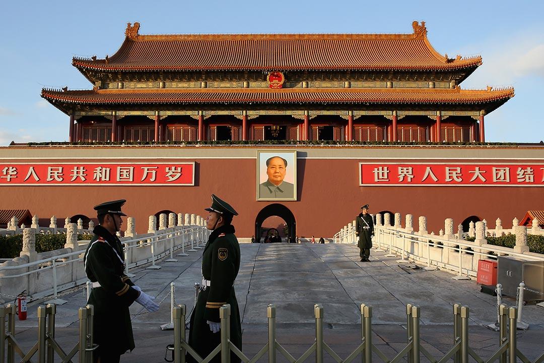 图为2013年11月17日,军警在天安门外站岗。