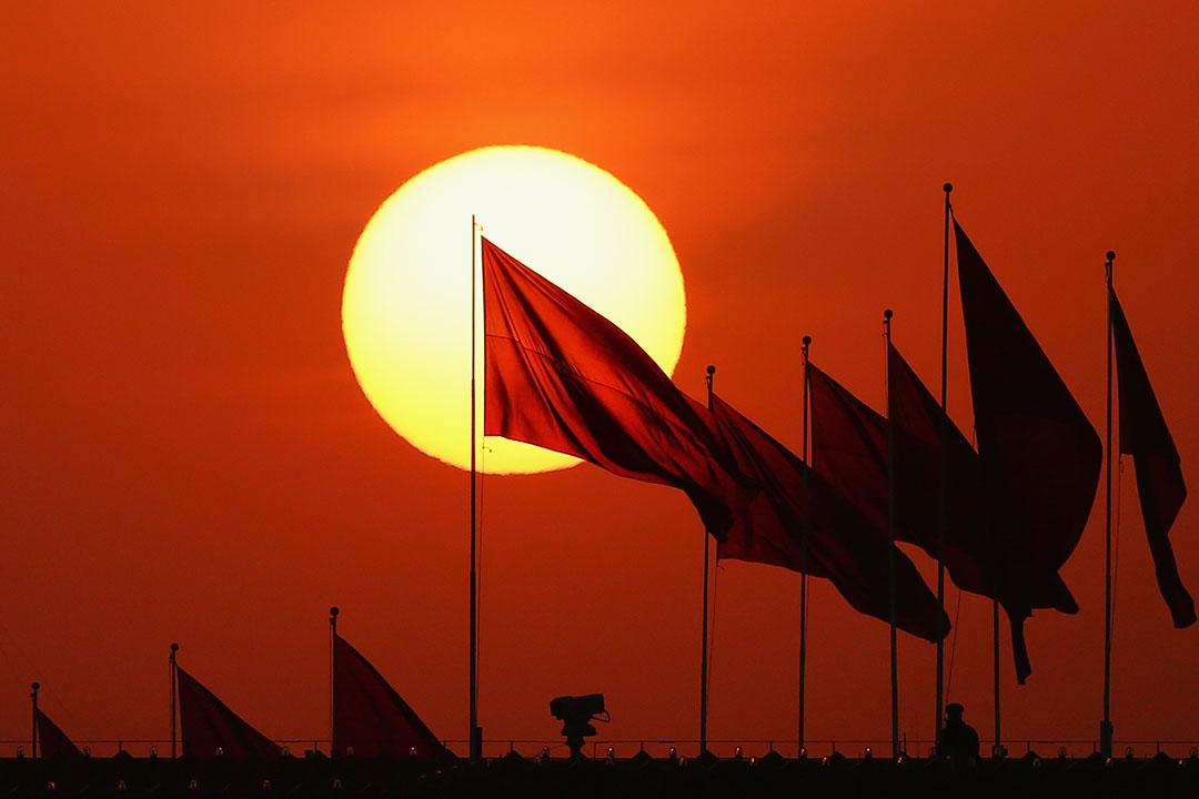 中國軍方人員在天台上監控著天安門廣場。