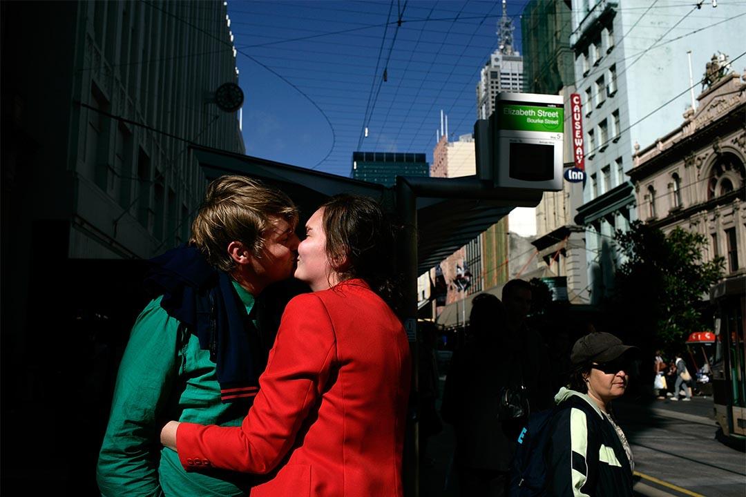 圖為澳洲墨爾本一對情侶在街頭上擁吻。