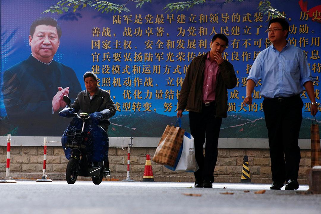 中国北京街道上挂上印有国家主席习近平头像的宣传海报。