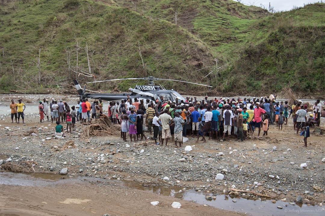 部分山區村落無法以陸路進入,無國界醫生以直升機到皮芒港附近山區村落,提供流動診症及評估當地水利衛生情況。