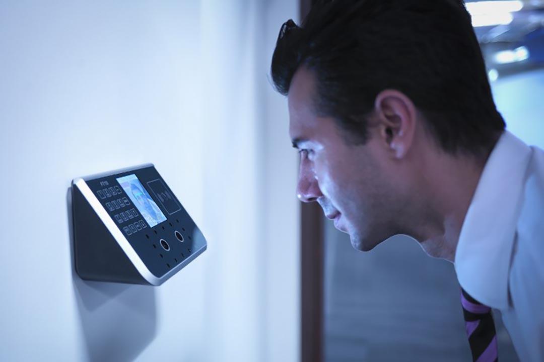 人權組織要求美國司法部調查警方是否有濫用臉部辨識資料庫。圖為一個男人在使用臉部辨識儀器。