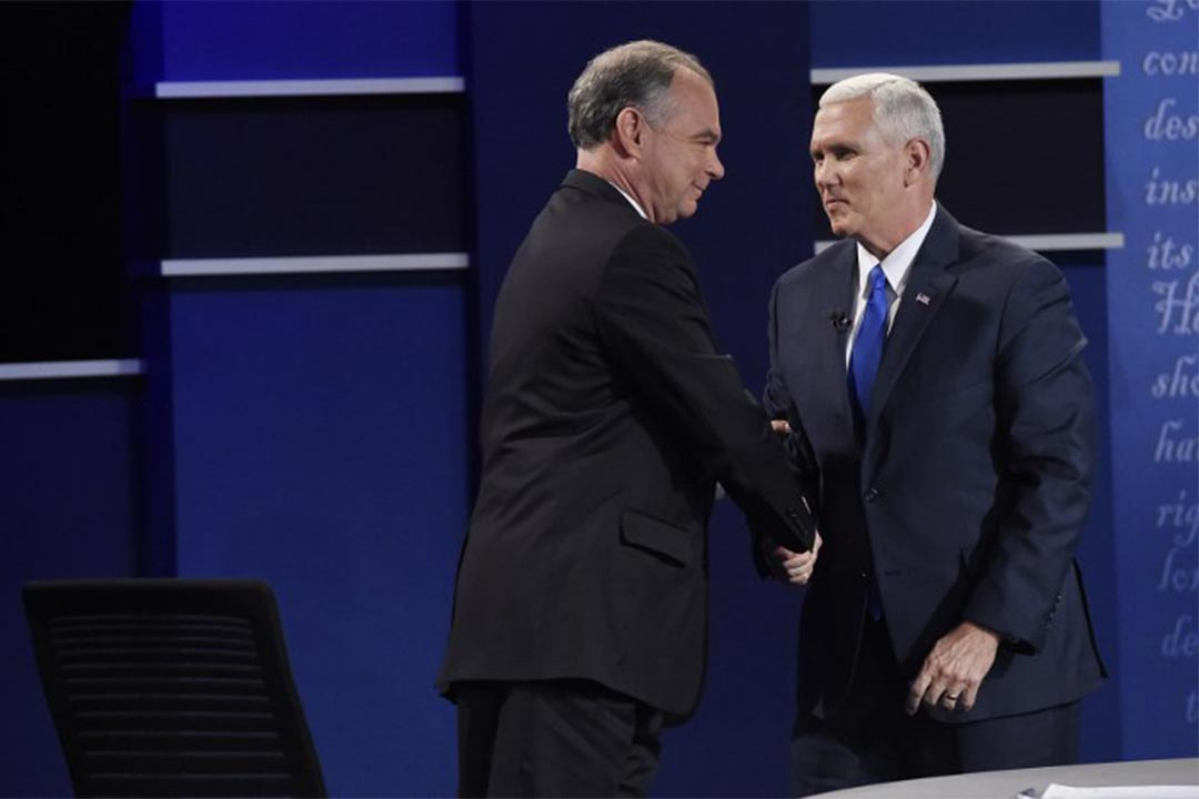 2016年10月4日,美國大選副總統候選人辯論上,民主黨候選人Tim Kaine(左) 與共和黨候選人 Mike Pence 握手。