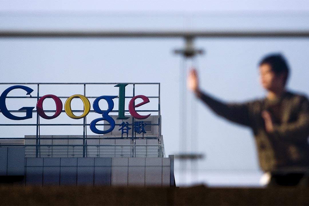图为2010年1月14日,中国北京,一个人在Google公司外练习太极。