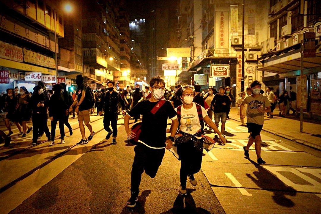 示威者向中環方向開始後退。