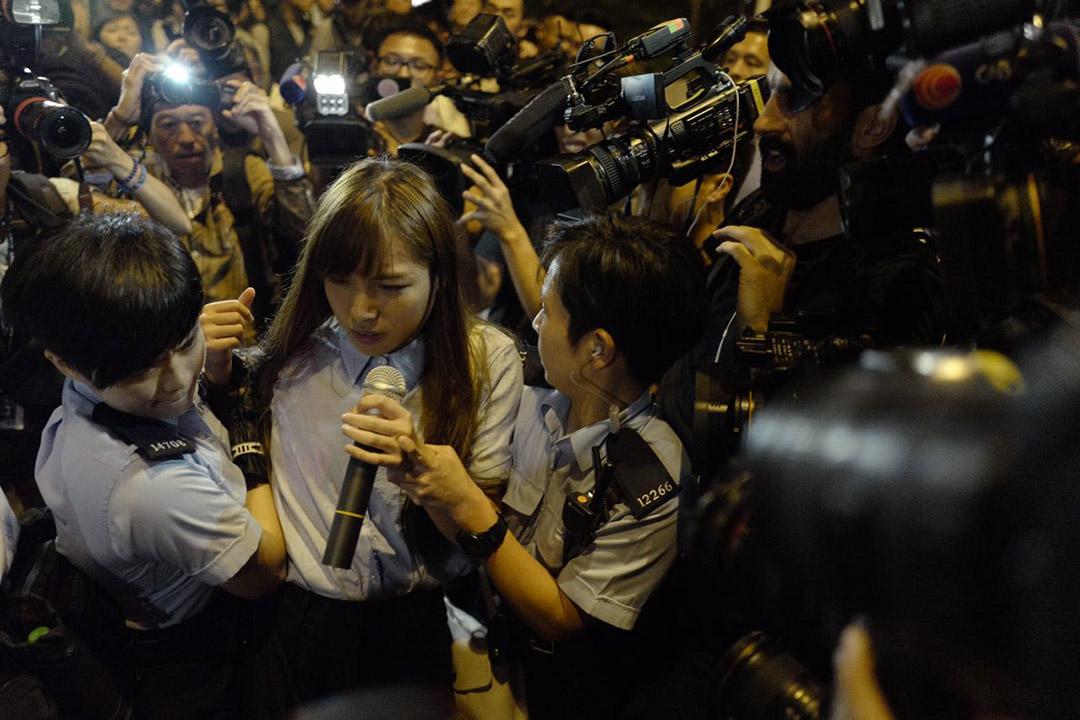 警方一度将青年新政游蕙祯带离现场,及后表示只是护送游蕙祯离开现场,目前游重新进入示威区。