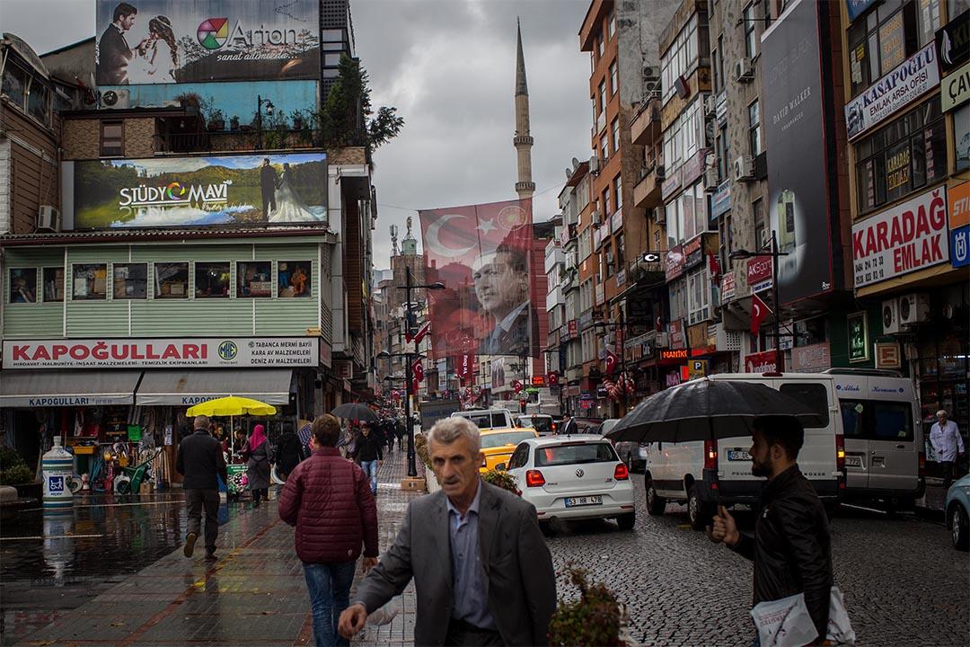 土耳其人權狀況差,料歐洲議會週四將投票通過,建議歐盟暫止與土耳其談判加入歐盟。圖為2016年10月25日,土耳其里澤,街頭上有一面總統埃爾多安肖像的旗幟。
