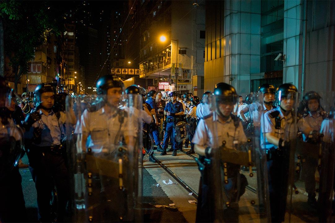 """中联办外警方俗称速龙小队的""""特别战术小队""""到场戒备。"""