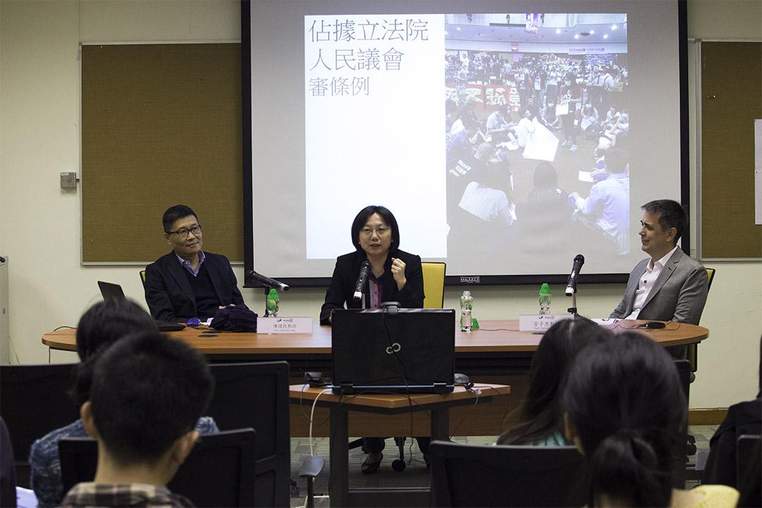 """陈健民与范云两位社会学教授在中文大学,以主题是""""太阳花运动后的台湾公民社会 VS 雨伞运动后的香港公民社会""""进行了一场对谈。"""