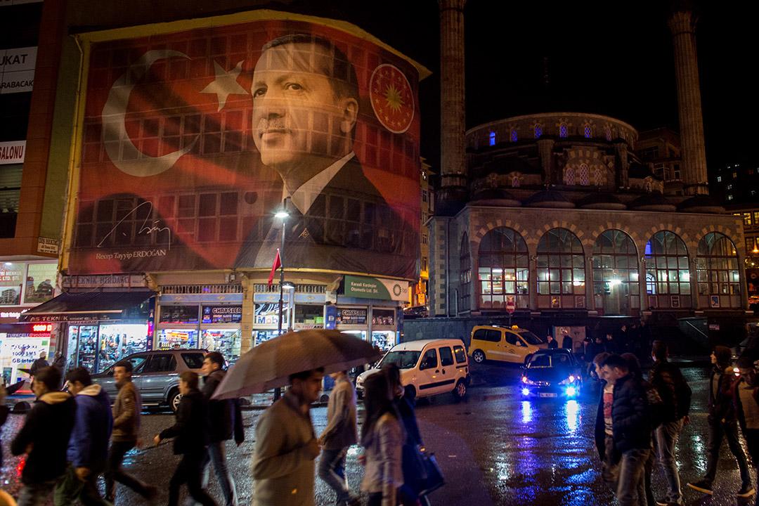 2016年10月25日,伊斯坦布爾,街道上掛上一幅印有土耳其總統埃爾多安頭像的大型海報。