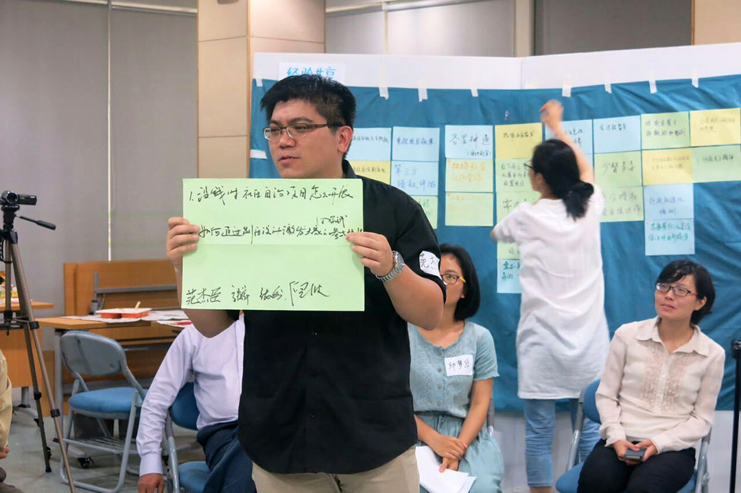 范傑臣告別妻子和兩個孩子,隻身來到上海,為台灣企業開發的樓盤做社區營造。