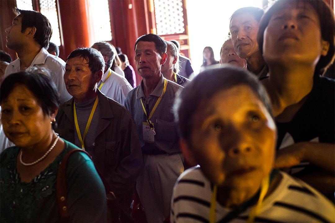 圖為一個孔廟導賞團,導遊帶領參觀的民眾到孔廟。