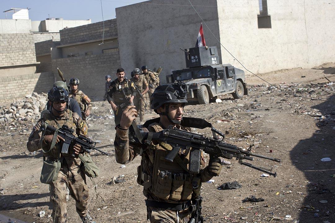 2016年11月4日,伊拉克特種部隊士兵於在伊拉克摩蘇爾郊區的一條小巷裡移動。