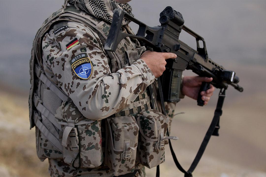 德國軍隊被曝遭伊斯蘭國滲透。圖為一個德國士兵手持槍支。