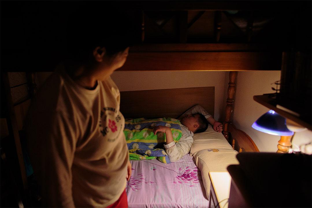 每晚約十點,駱太照顧鵬鵬睡覺。