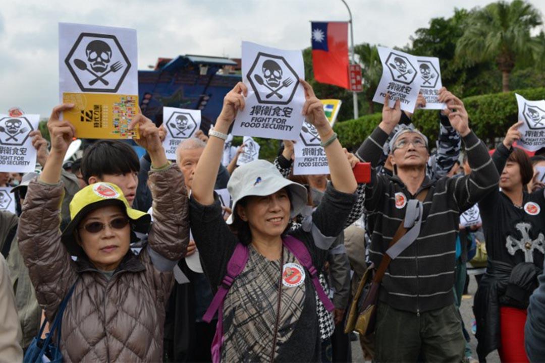 台灣就日本食品輸台舉行公聽會,桃園、新北、台中、台北皆有衝突。圖為2015年12月12日,台北市有群眾就食品安全問題示威。