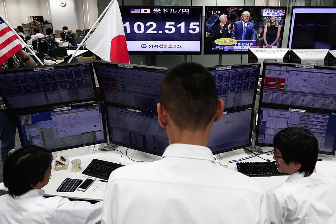 2016年11月9日,東京,東京一外匯交易中心正播放著美國大選情況。