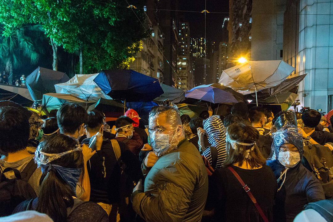 有示威者用保鲜纸遮盖双眼口鼻作保护。