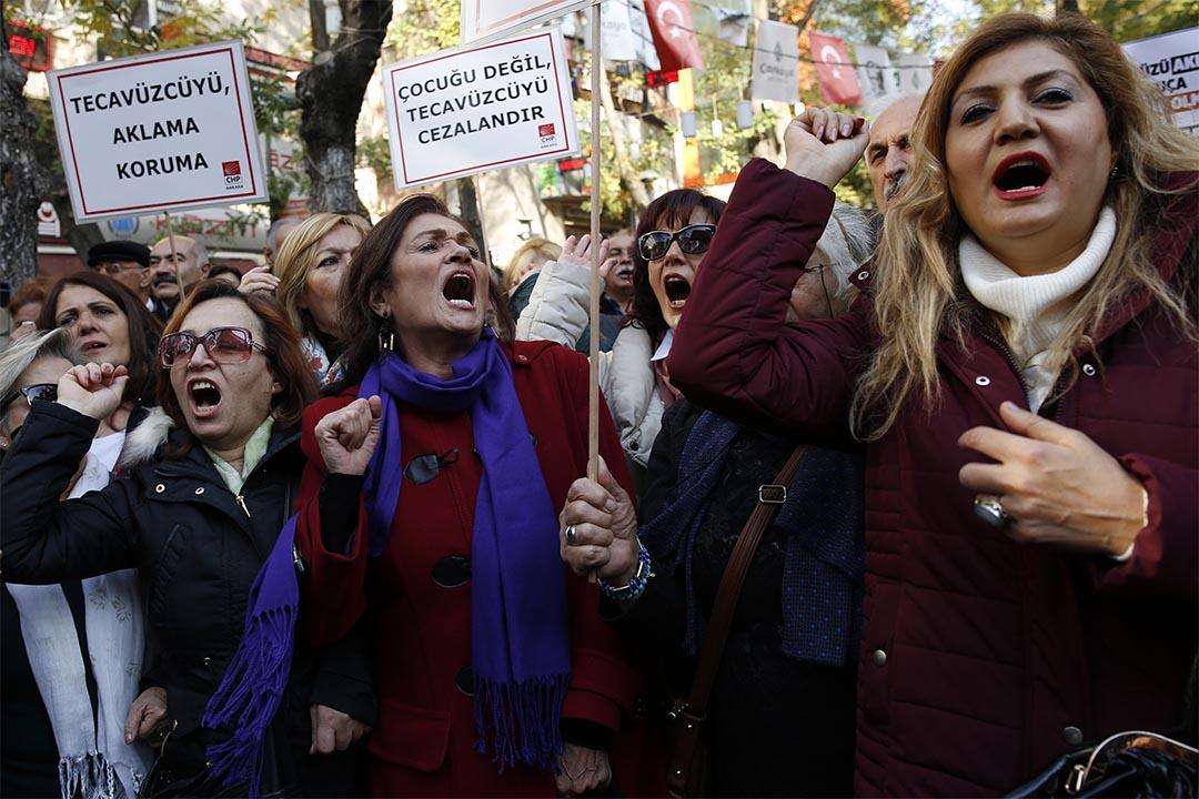 2016年11月19日,土耳其政府草擬法案,赦免與受害人成婚的性侵未成年人罪犯;有女性上街遊行抗議,表達不能縱容性罪行。