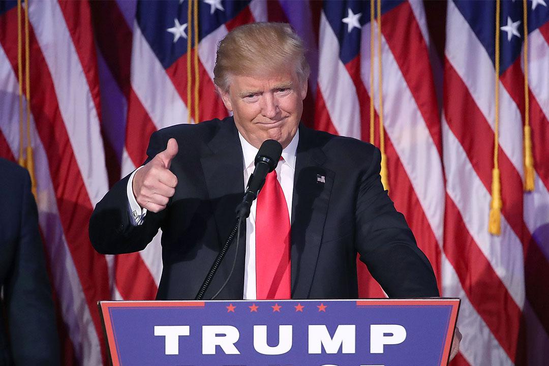 2016年11月9日,特朗普勝選後向支持者豎起拇指。