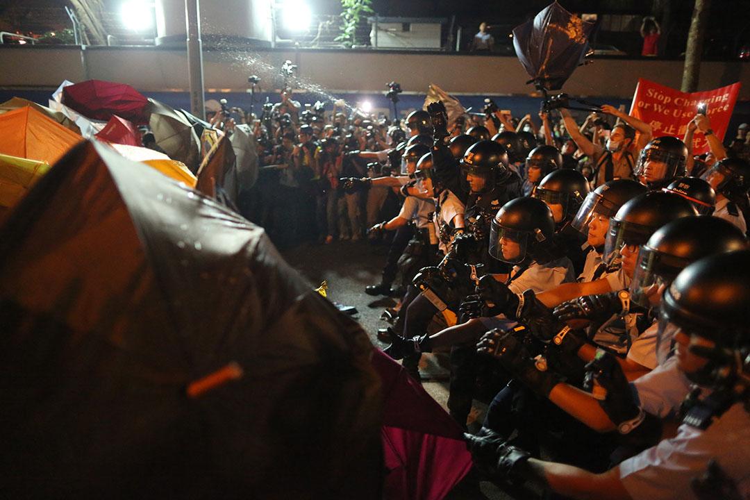 在中联办外聚集的示威者冲出并与警发生冲突。