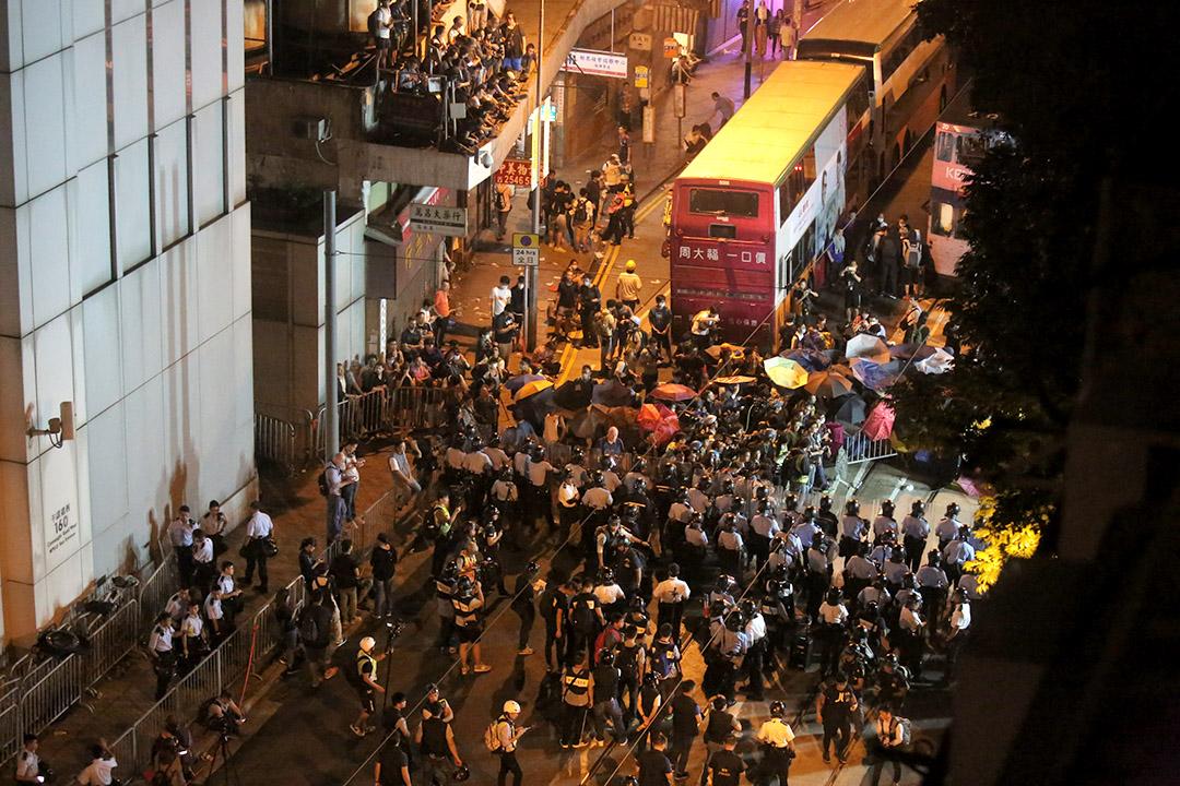 示威者在德辅道西与手持大型防暴盾牌的警员对峙。