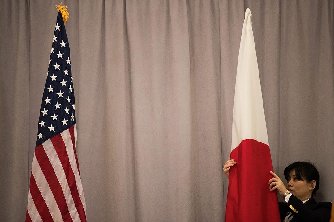 工作人員在日本首相安倍晉三與特朗普會面前整理場地。