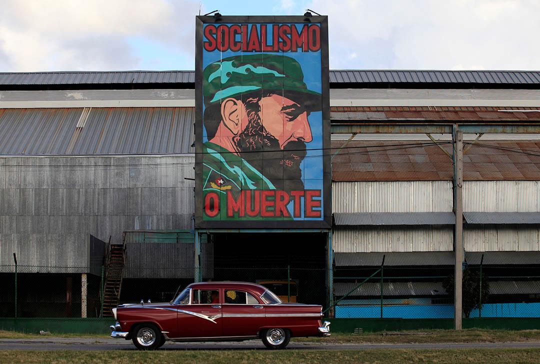 2016年11月26日,一幅卡斯特罗的画像悬挂在哈瓦那一家工厂。