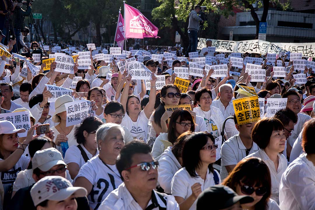 反同性婚姻團體17日聚集在立法院外抗議。