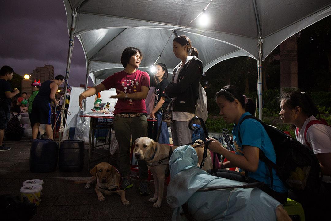 輔導員鍾皓羽(左)在工作之餘,也會到協會的活動現場幫忙。
