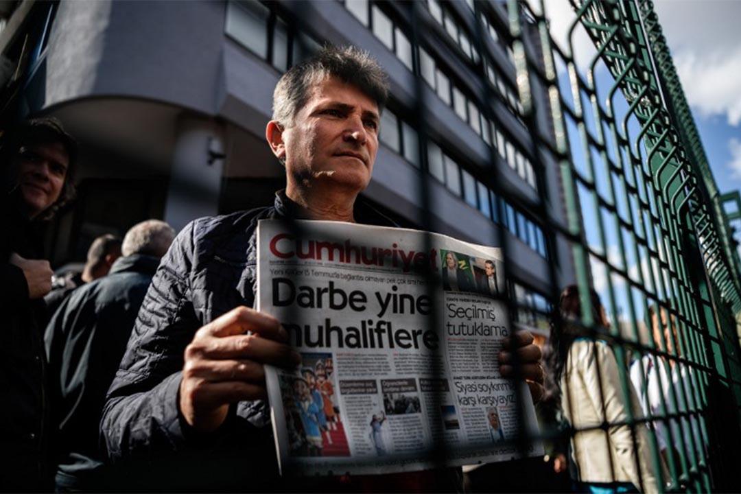 示威者手持《共和報》(Cumhuriyet daily)抗議土耳其當局扣押總編輯及記者。