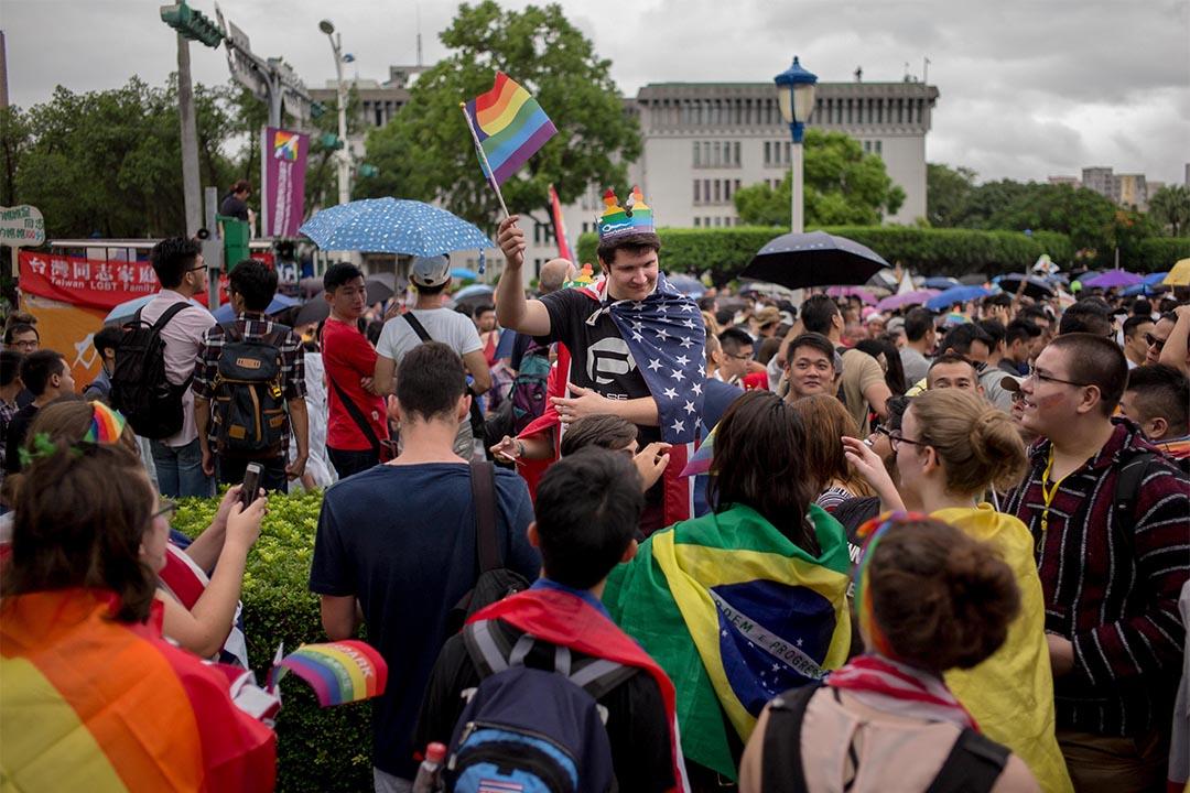 台灣今天召開同性婚姻修法公聽會。圖為2016年10月29日,台北同志遊行。