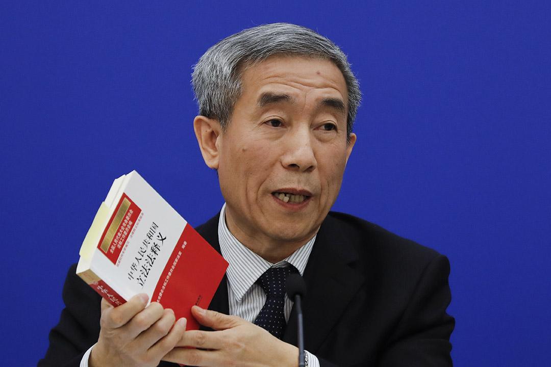 全国人大副秘书长李飞举行记者会回应人大常委会就《基本法》第104条释法。