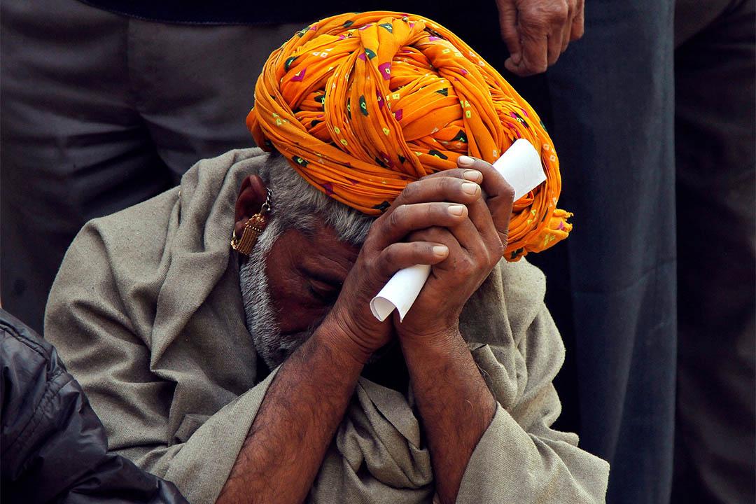 2016年11月16日,印度阿傑梅爾,一個男人坐在銀行前等待存入鈔票。