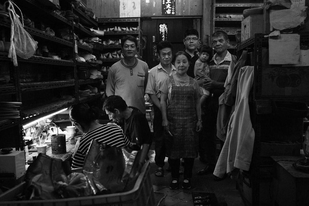 貝斯特鞋業員工在廠裡合照。