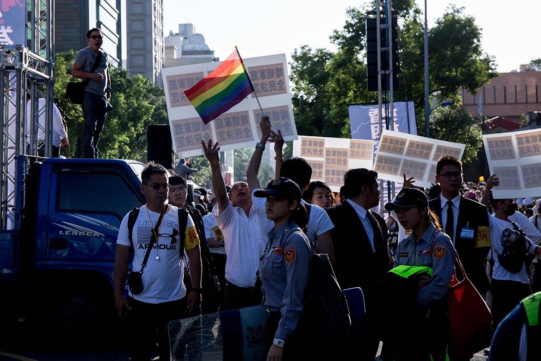 現場有數名支持同性婚姻民眾被警察阻擋在外。