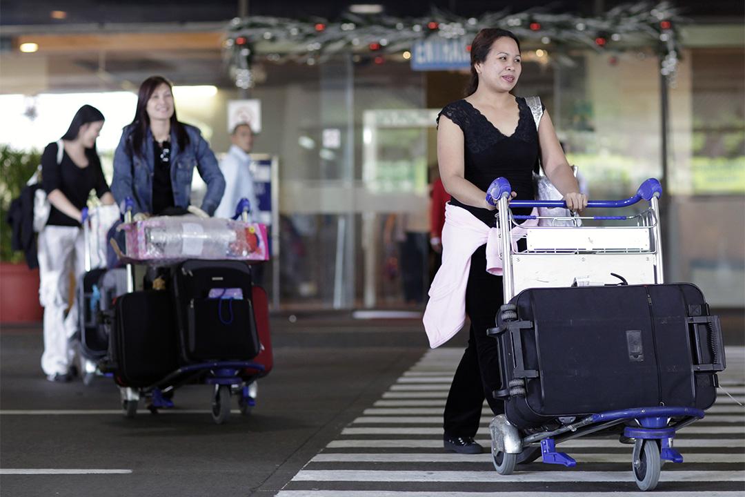 台灣立法院三讀修正通過《就業服務法》部分條文,刪除外籍移工聘僱3年後應出國1日才能再入國工作的規定。圖為馬尼拉的機場外,在台灣一家電子工廠工作的工人回鄉。