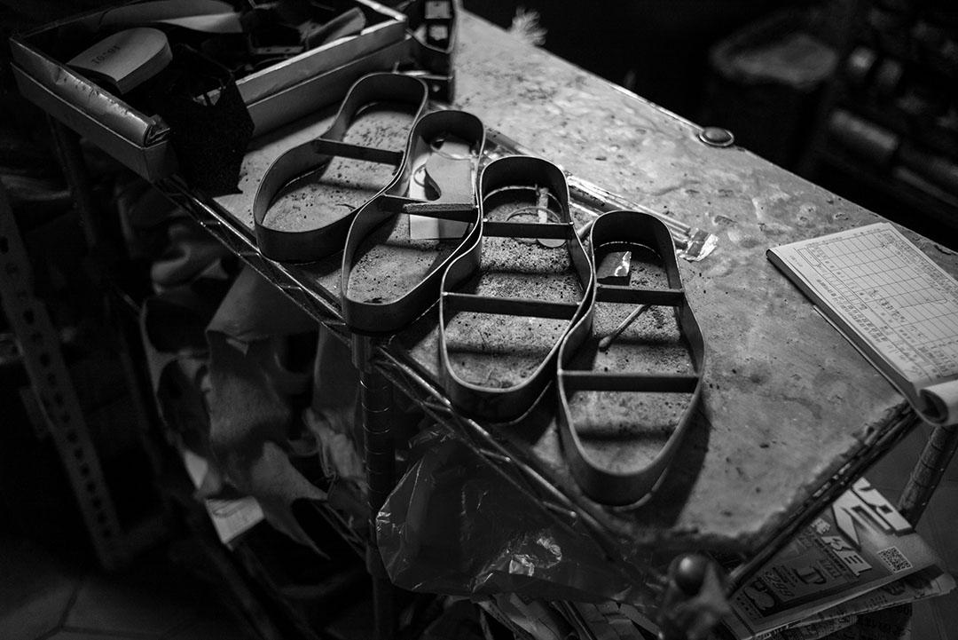 鞋廠內擺放許多製鞋器具與模具,應有盡有。