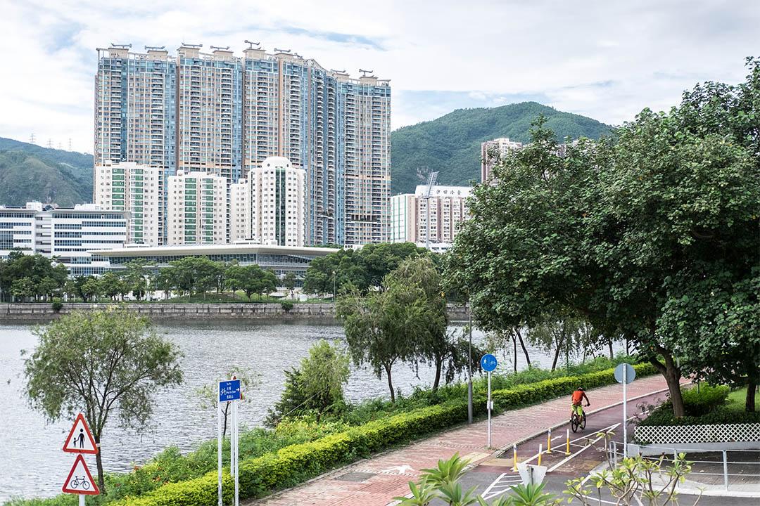 香港推出壓抑樓市新措施,印花稅加至15%。圖為火炭一個大型私人住宅物業。