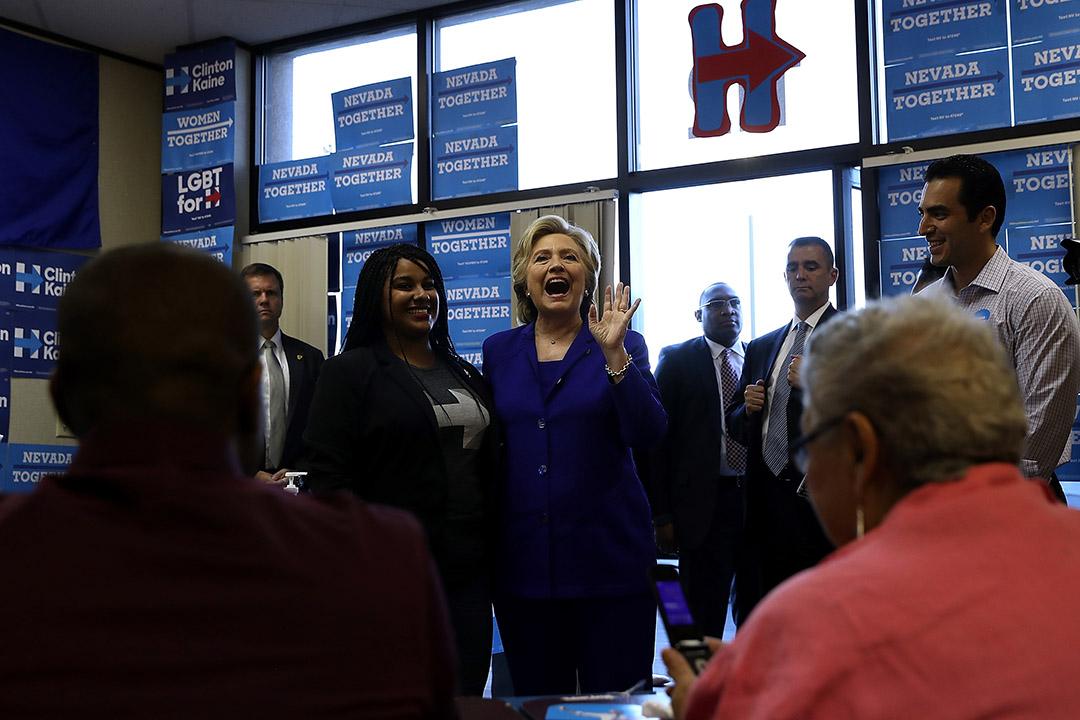 美國民主黨總統候選人希拉里在拉斯維加斯的競選辦公室與助選義工見面。